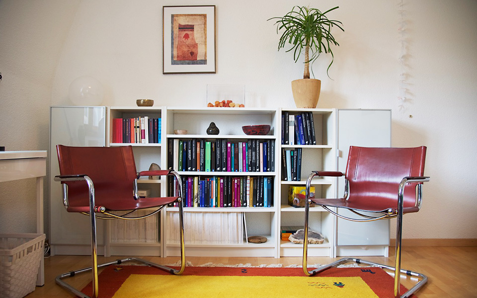 Meeting room with armchairs in front of a bookcase